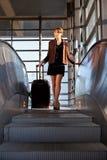 Schöne Geschäftsfrau mit Koffer lizenzfreies stockbild