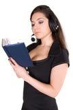 Schöne Geschäftsfrau mit Kopfhörer und Notizbuch Stockbild