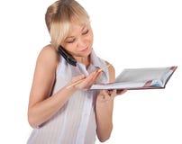 Schöne Geschäftsfrau mit rotem Notizbuch Stockbilder