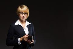 Schöne Geschäftsfrau mit Tasse Kaffee Lizenzfreie Stockbilder