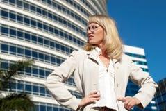 Schöne Geschäftsfrau am modernen Gebäude stockbild