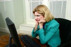 Schöne Geschäftsfrau starrt entlang des Computers an lizenzfreies stockfoto