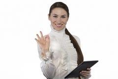 Schöne Geschäftsfrau stellt o.k. dar Stockfotos
