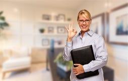 Schöne Geschäftsfrau In Suit und Bindung, die in seinem Büro steht Lizenzfreie Stockfotografie