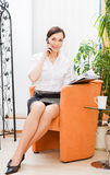 Schöne Geschäftsfrau am Telefon Stockbild