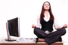 Schöne Geschäftsfrau träumt in seinem Büro stockfotos