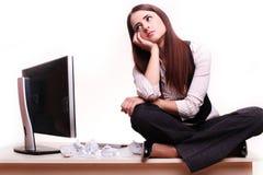 Schöne Geschäftsfrau träumt in seinem Büro stockbild