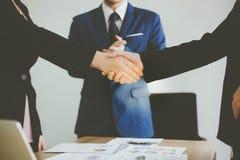 Schöne Geschäftsfrau- und Kundenfrau behandeln das contr lizenzfreies stockfoto