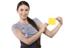 Schöne Geschäftsfrau zeigt Papier für Anmerkungen Lizenzfreies Stockfoto