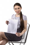 Schöne Geschäftsfrau zeigt Papier für Anmerkungen Lizenzfreies Stockbild
