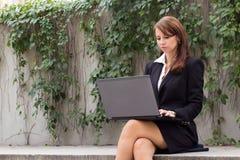 Schöne Geschäftsfrauexekutive, die an Laptop-Computer ou arbeitet Lizenzfreie Stockbilder