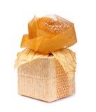 Schöne Geschenkbox im Goldpapier mit einer Seide stieg Stockbild