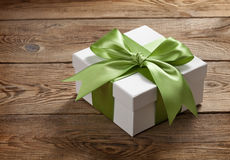 Schöne Geschenkbox mit einem Bogen auf dem Tisch von den alten Brettern lizenzfreie stockfotos