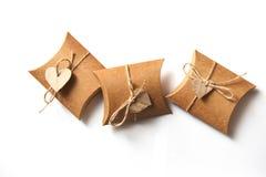 Schöne Geschenke des Kraftpapiers mit einem Herzen auf einem weißen Hintergrund auf Valentine Day Stockfoto