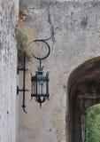 Schöne geschmiedete Laterne auf der Wand des Monaco-Schlosses Stockfotografie
