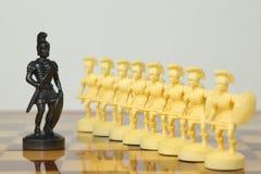 Schöne geschnitzte Schachfiguren gemacht vom Elfenbein Stockbild