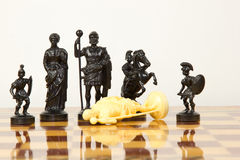 Schöne geschnitzte Schachfiguren gemacht vom Elfenbein Lizenzfreies Stockfoto