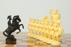 Schöne geschnitzte Schachfiguren gemacht vom Elfenbein Lizenzfreie Stockfotografie