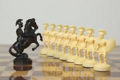 Schöne geschnitzte Schachfiguren gemacht vom Elfenbein Stockfotos