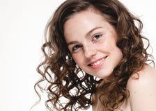 Schöne Gesichtsfrauensommersprossen und gelocktes Fliegenhaar lizenzfreies stockbild
