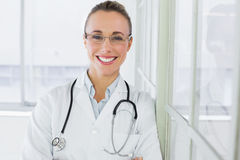 Schöne glückliche Ärztin im Krankenhaus Lizenzfreie Stockfotografie