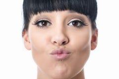 Schöne glückliche attraktive junge Frau mit den geschmollten Lippen Stockbilder