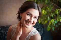 Schöne glückliche Braut, die zu Hause aufwirft Stockfotografie