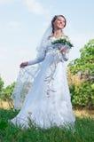 Schöne glückliche Braut schaut unten Stockbilder