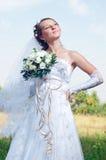 Schöne glückliche Braut schaut unten Stockfotografie