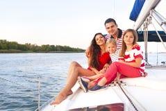 Schöne glückliche Familie mit zwei Töchtern, welche die schöne Zeit an t haben Stockfotografie