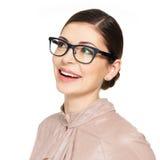 Schöne glückliche Frau in den Gläsern, die oben schauen Lizenzfreie Stockbilder