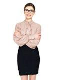 Schöne glückliche Frau in den Gläsern und im Hemd mit schwarzem Rock Stockfoto
