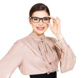 Schöne glückliche Frau in den Gläsern und im Hemd mit schwarzem Rock Stockbild