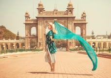 Schöne glückliche Frau, die in die Gasse des königlichen Palastes von Mysore mit grünem Schal, Karnataka-Staat, Indien geht Lizenzfreie Stockfotografie