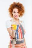 Schöne glückliche Frau, die Glas frischen Orangensaft hält Lizenzfreie Stockbilder