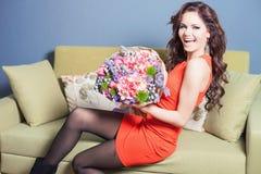 Schöne glückliche Frau empfing einen Blumenblumenstrauß von Tulpen Lizenzfreie Stockfotos