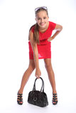 Schöne glückliche Frau im roten Kleid mit Handtasche Stockfotos