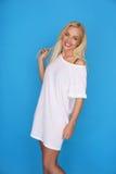 Schöne glückliche junge blonde Frau Lizenzfreie Stockfotos
