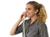 Schöne, glückliche junge Frau, die am Telefon sprechen und Lächeln Stockbild