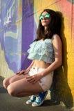 Schöne glückliche junge Frau draußen stockbilder