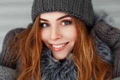 Schöne glückliche junge Frau mit einem Lächeln im Winter gestrickt lizenzfreie stockfotos