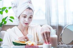 Schöne glückliche junge Frau mit natürlicher kosmetischer Maske auf ihrem Gesicht Hautpflege und Badekuren zu Hause stockfoto