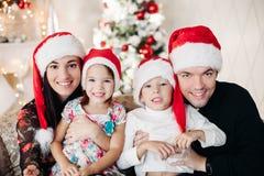 Schöne glückliche kaukasische Familie Porträt von glücklichen liebevollen Geschwister stockfoto