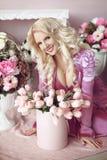 Schöne glückliche lächelnde blonde Frau mit langer gewellter Frisur herein Lizenzfreie Stockfotos