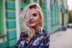 Schöne glückliche lächelnde blonde Frauenaufstellung, Kamera betrachtend Lizenzfreie Stockfotos
