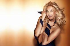 Glückliche schöne blonde Frauenaufstellung, Kamera betrachtend. Stockbilder