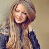 Schöne glückliche lächelnde Frau im Freien stockbilder
