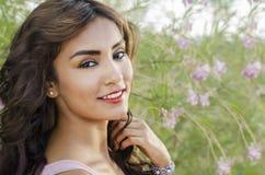 Schöne glückliche lächelnde Frau mit dem schönen langen Haar stockfotografie