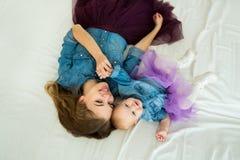 Schöne glückliche Mutter mit kleiner Tochter Stockfoto