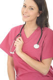 Schöne glückliche professionelle junge Ärztin With Stethoscope Lizenzfreie Stockfotos